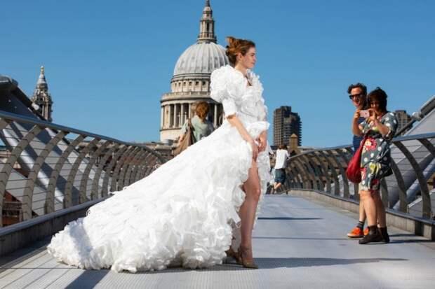 Первое свадебное платье в Великобритании из медицинских масок