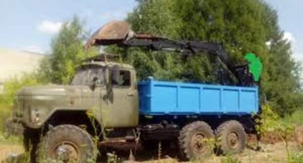 Стандартный ЗИЛ-131 самосвал оснастили экскаватором