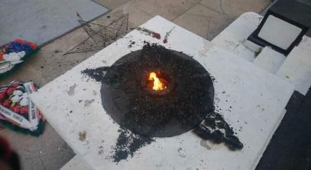 Неизвестные осквернили «Вечный огонь» в Саках