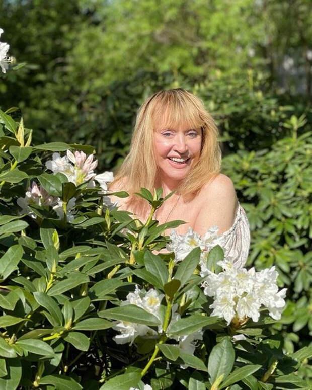Цветы прикрывают грудь: игривое фото Аллы Пугачевой
