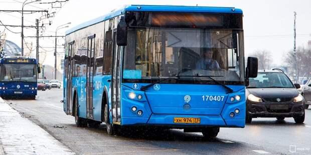 В Ховрине водитель забыл поставить автобус на ручник и погиб под его колесами