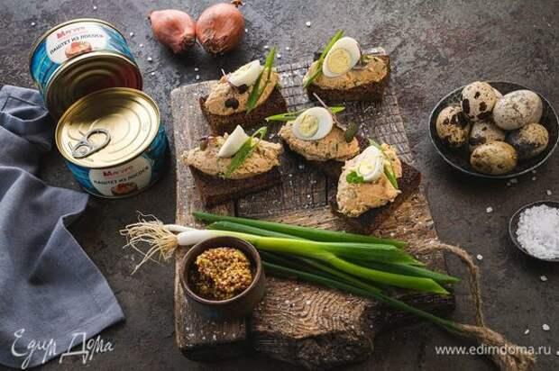 Украсьте зеленым луком и половинками перепелиных яиц. Приятного аппетита!