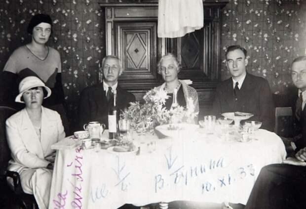 Галина Кузнецова (стоит), в центре Иван Бунин, Вера Бунина и Леонид Зуров, 1933 | Фото: freecity.lv