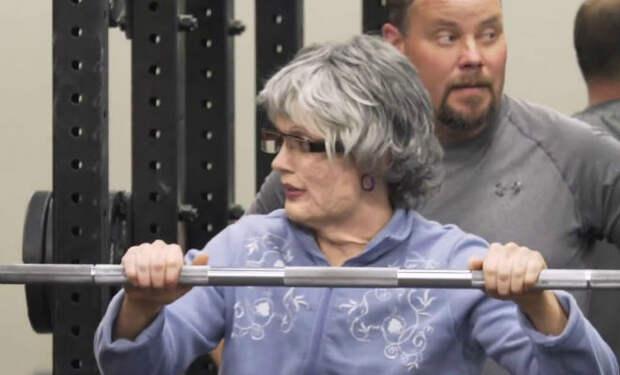 Чемпионка-штангистка нарядилась бабушкой и пришла в спортзал к силачам