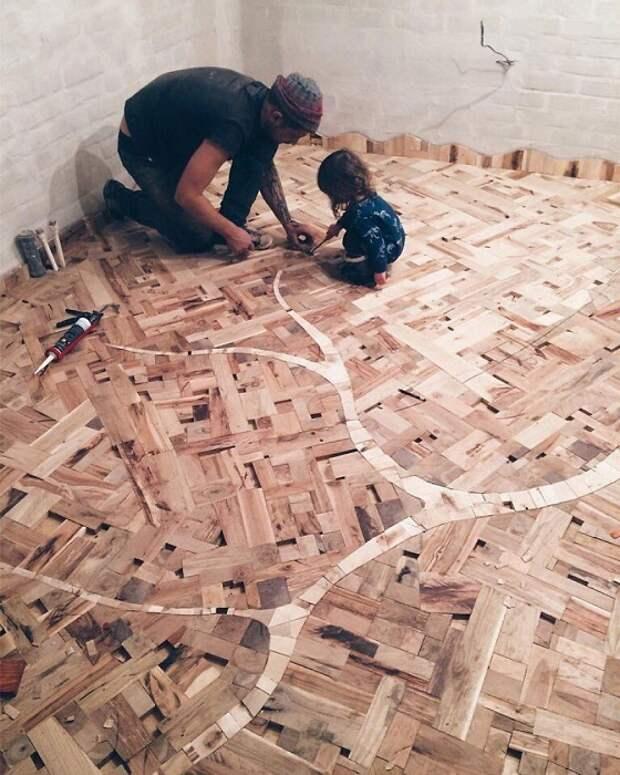 Разные виды древесины стали палитрой для пола.
