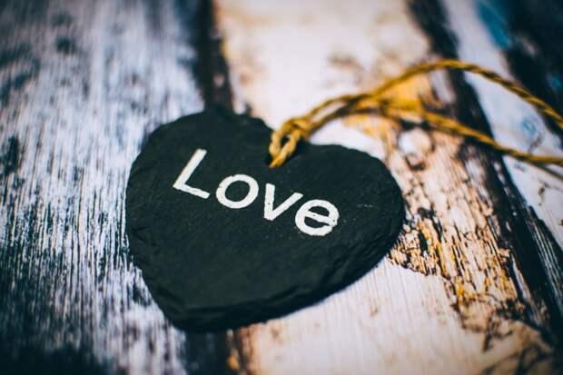 Черное сердце: 3 знака зодиака, любовные отношения которых звезды разрушат в мае