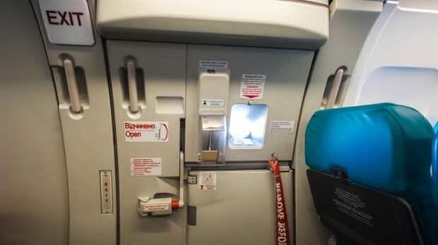 Дверь пассажирского самолета отвалилась на взлете