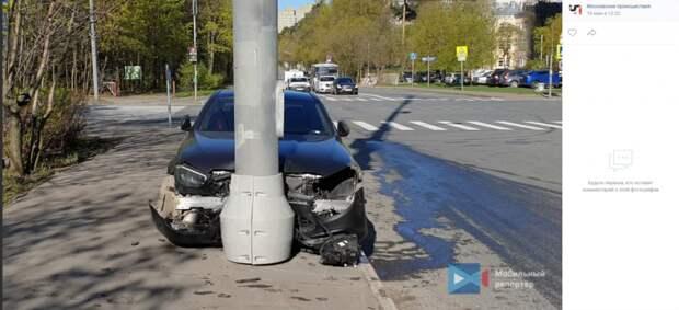 На улице Академика Курчатова водитель иномарки «атаковал» вышку сотовой связи