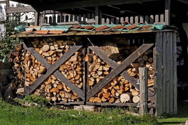 поленница с дровами на даче