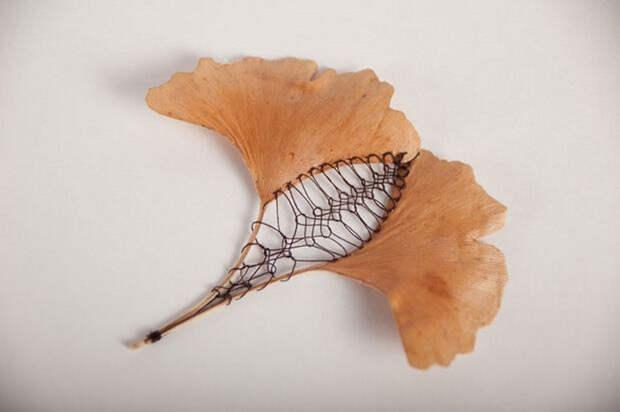 Уникальная вышивка на листьях: