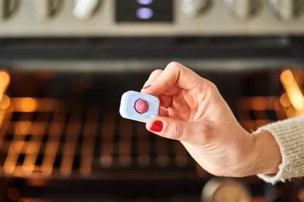 Секретное средство, которое поможет отмыть дверцу духовки за считаные минуты