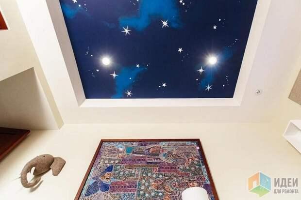 Потолок в детской – удачные вариант размещения «космической» аэрографии, дизайн: Little Crown Interiors