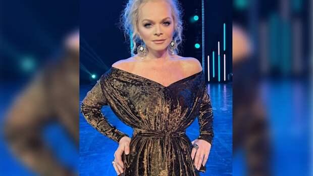 Певица Лариса Долина в приталенном платье восхитила поклонников юным видом