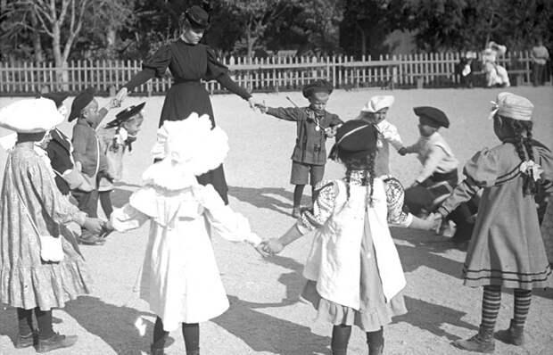 Первые детские сады в России были платными и воспитывали только детей из богатых семей. /Фото: pbs.twimg.com