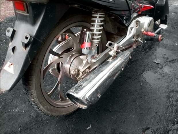 На проспекте Энгельса мотоциклист сбил двух детей