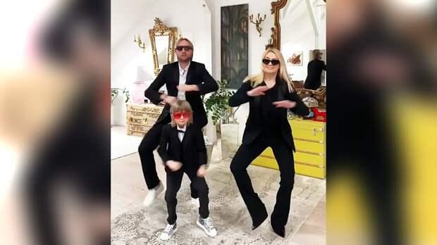 Плющенко сРудковской исыном спародировали клип Little Big, станцевав под Skibidi вчерных костюмах: видео
