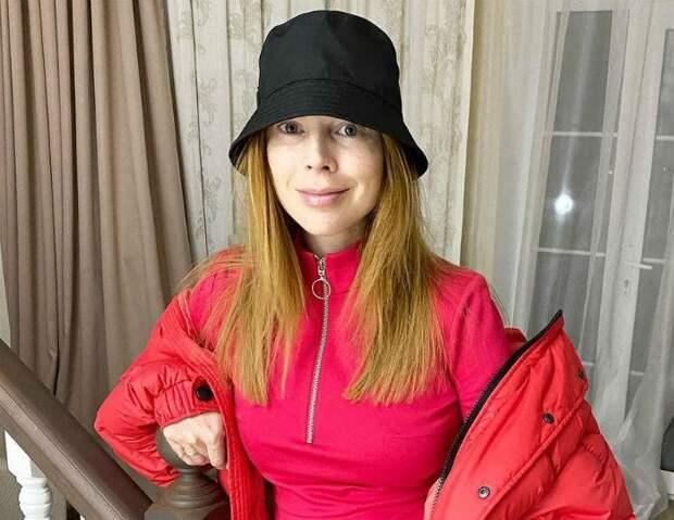 Беременная Подольская, облаченная в шелковый халат с кружевом, показала выросший животик