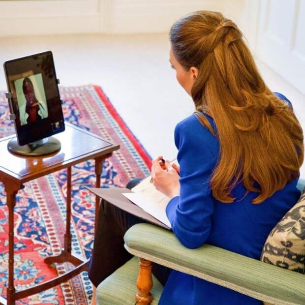 Кейт Миддлтон в роли журналиста: герцогиня Кембриджская взяла интервью у акушерки из Уганды