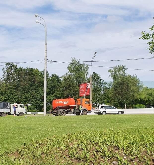 На Алтуфьевском шоссе столкнулись грузовик и легковушка