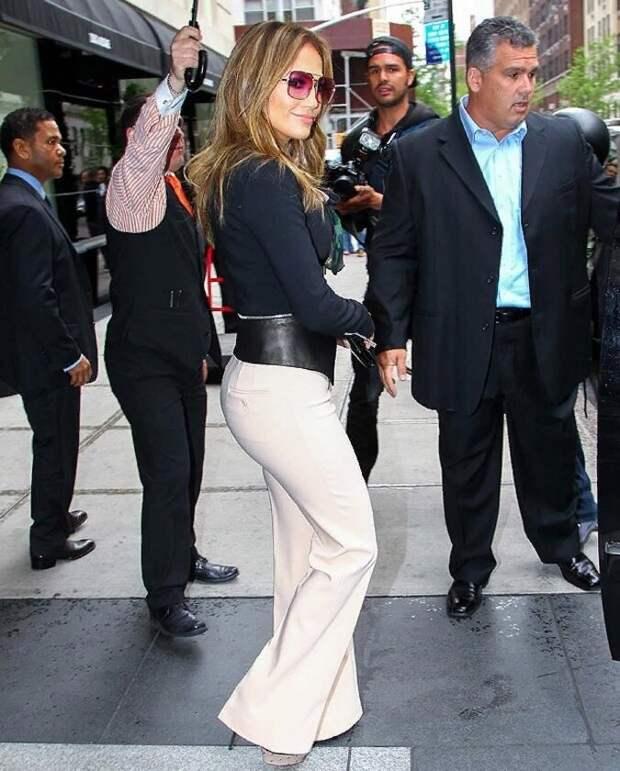 Дженнифер Лопес в брюках клеш