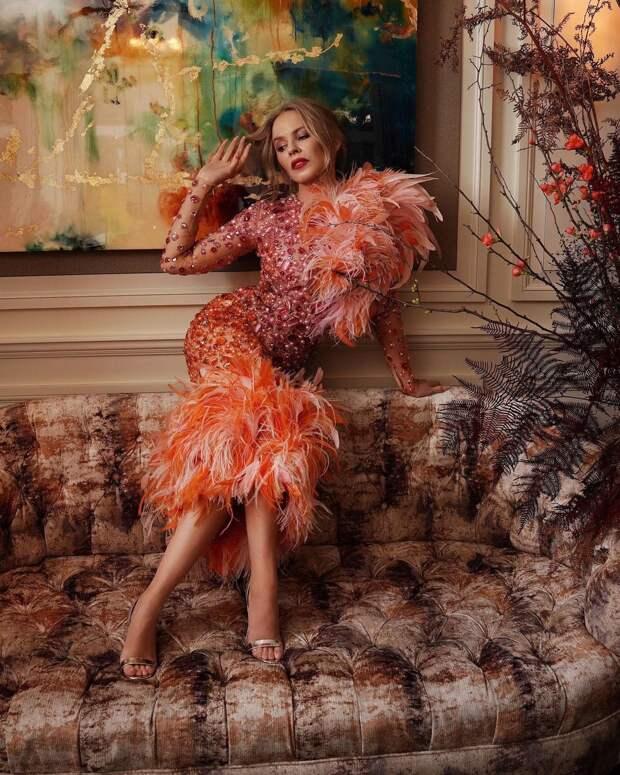 Птица феникс: Кайли Миноуг в волшебном платье с перьями и стразами