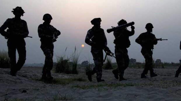Китай строит военные лагеря у границы с Индией