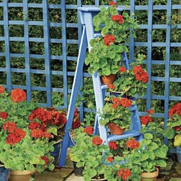 Интересное решение для создания в саду подставок под горшки, что точно создаст оптимальную обстановку.