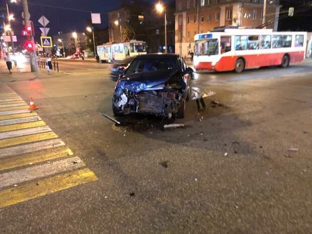 В Ижевске пьяный водитель устроил аварию на перекрестке улиц Советской и Карла Маркса