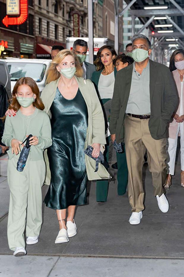 Джессика Альба с родителями, мужем Кэшем Уорреном, дочерью Хэвен и сыном Хэйесом
