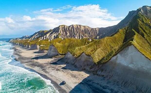 На фото: вид на Белые скалы на острове Итуруп в заливе Простор.