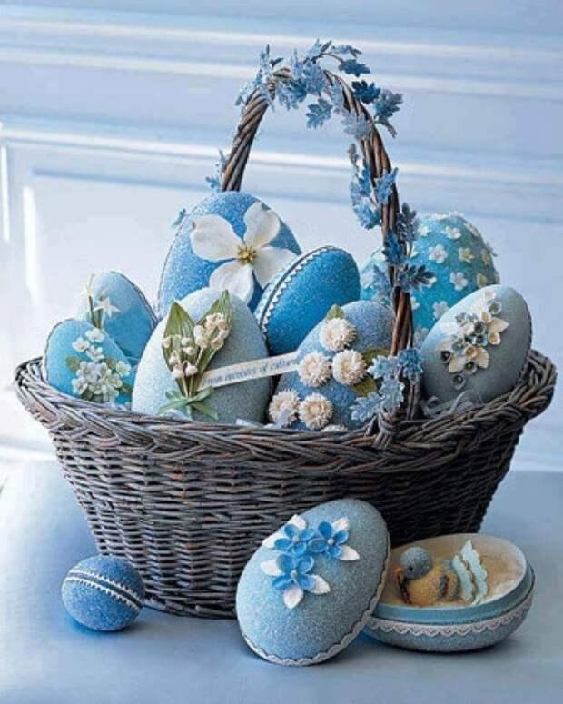 плетеная корзинка с голубыми яйцами
