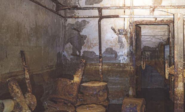 Мужчина наткнулся на ржавую дверь в заброшенной промзоне: затопленный бункер не открывали 45 лет