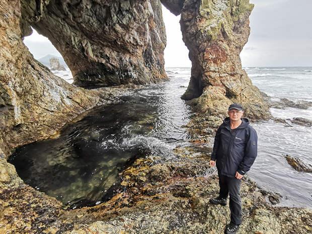 Вот ради таких живописных скал и морских видов и едут и летят люди на Курилы.