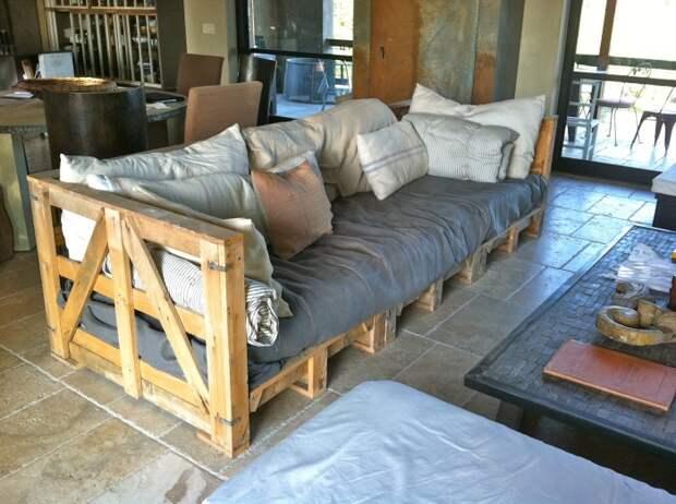 Необычный диван из поддонов в стиле кантри.