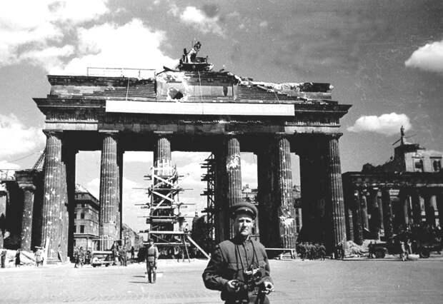 72-Фотокор газеты «Красная звезда» О.Кнорринг у Бранденбургских ворот.jpg