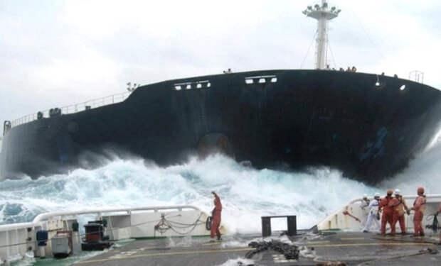 Смотрите, как величественно и ужасно выглядят столкновения кораблей. Реальное видео