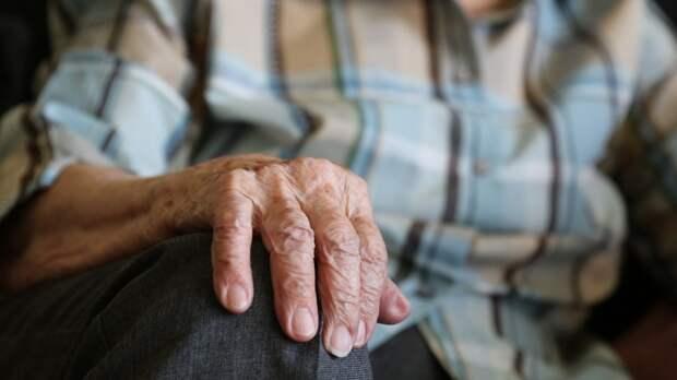 Пенсионерка в Кировске сбежала в тапочках из пансионата на школьный стадион