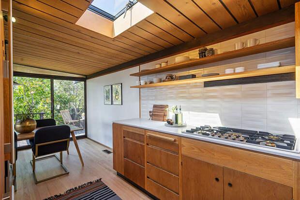 Дом в Сан-Франциско, открытый к природе и видам на океан