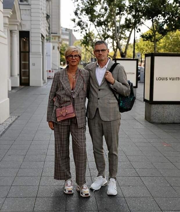 Пара в зрелом возрасте стильно одетая