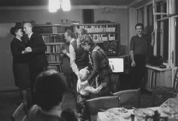 7. Семейные застолья не обходились без танцев  СССР, дискотеки, лихие 90-е, танцы ссср, фото