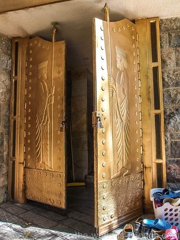 Вход в храм Пире-Сабз украшают массивные двери