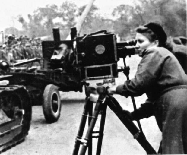 65-Советский кинооператор снимает артиллерийскую колонну.jpg