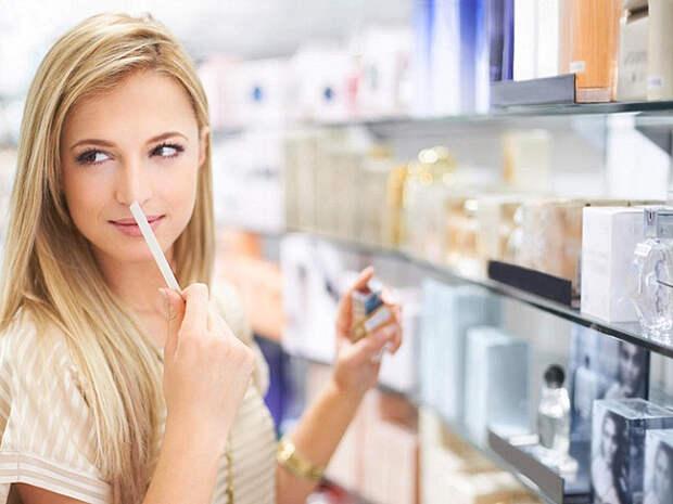 блондинка нюхает полоску с парфюмом в магазине