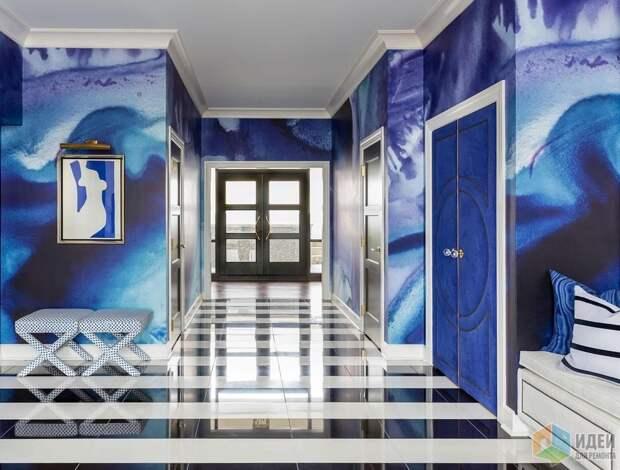 Аэрография, черно-белые полы и межкомнатные двери обитые бархатом – тонкая игра между ретро и китчем, дизайн: Tobi Fairley Design
