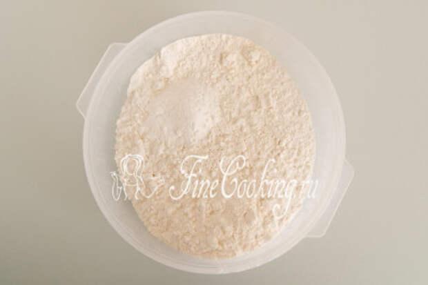 В глубокой миске соединяем 300 граммов пшеничной муки с двумя чайными ложками разрыхлителя и щепоткой мелкой соли