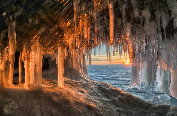 Zima.-Rossiya.-Bajkal.-Ledyanoj-grot-ostrova-Harantsy.-avtor-foto-Grachev-Andrej.-dekabr-2016