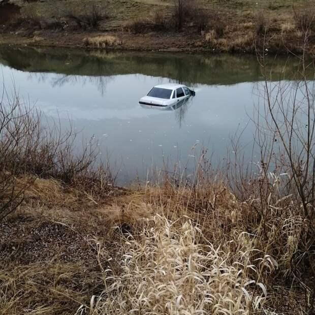 Легковушка съехала в реку в Сарапуле