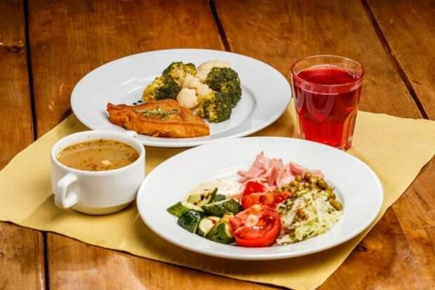 две тарелки с едой и стакан с компотом