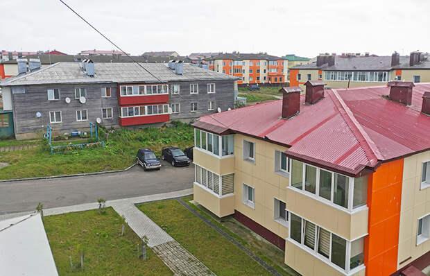 В районном центре Южно-Курильске новые дома соседствуют со старыми щитовыми, которые выстояли после разрушительного землятресения и цунами начала 90-х.