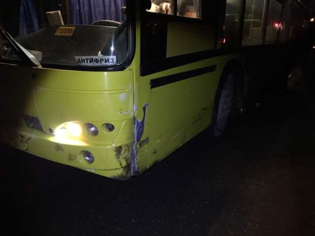 Столкновение легковушки с автобусом в Удмуртии, средний депозит россиян и массовая гибель овец в Черном море: что произошло минувшей ночью